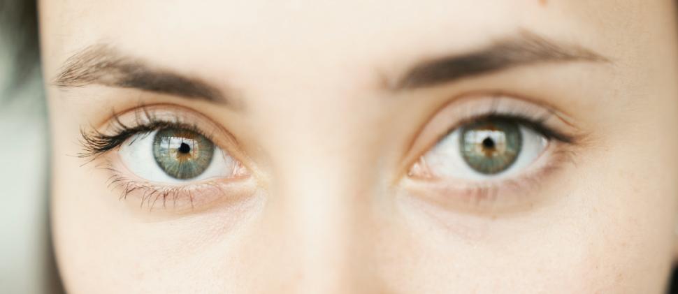 ¿Ojos cansados? Aprende a rejuvenecer tu mirada